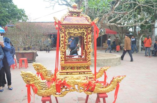 Bốn thanh niên làng sẽ được chọn khiêng kiệu rước ấn đền Trần