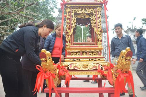 Ban tổ chức lau chùi và trang trí kiệu rước ấn đền Trần