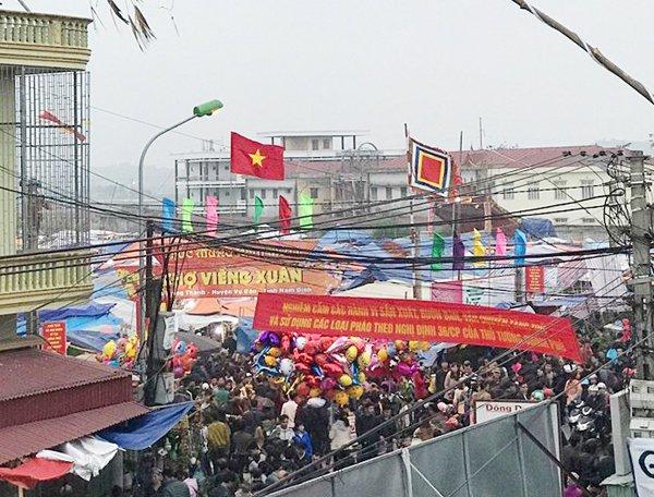 Công vào chợ  Viềng đông nghẹt người (Ảnh: Tuyết Nhung)