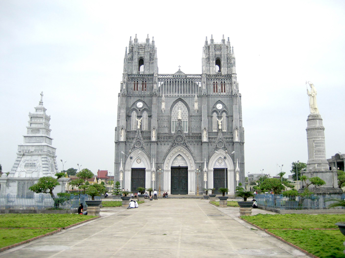 Khoảng sân rộng lớn trong khuôn viên nhà thờ Phú Nhai.
