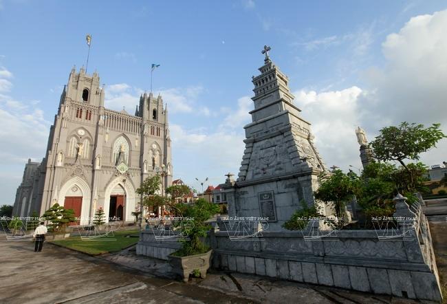 Nơi lưu giữ hài cốt của những vị thánh tử vì đạo ở khuôn viên nhà thờ Phú Nhai.