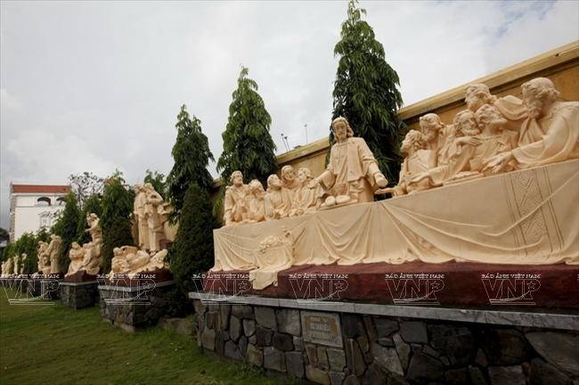 Những bức tượng miêu tả các câu chuyện trong kinh thánh tại khuôn viên nhà thờ Phú Nhai.