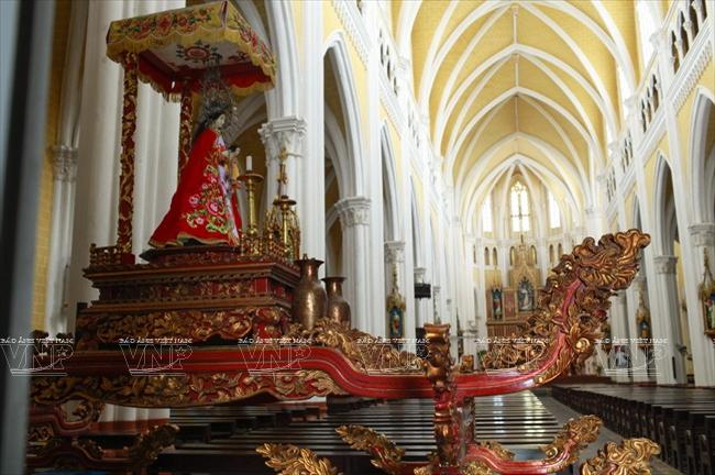 Tượng thánh đặt trên kiệu sơn mài trong nhà thờ Phú Nhai.