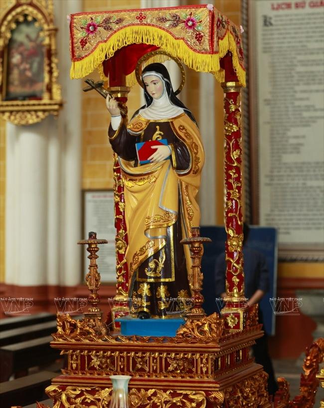 Tượng thánh sơn mài trong tiểu Vương cung thánh đường.