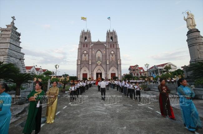 Giáo dân Phú Nhai trong ngày lễ thánh tại nhà thờ Phú Nhai.