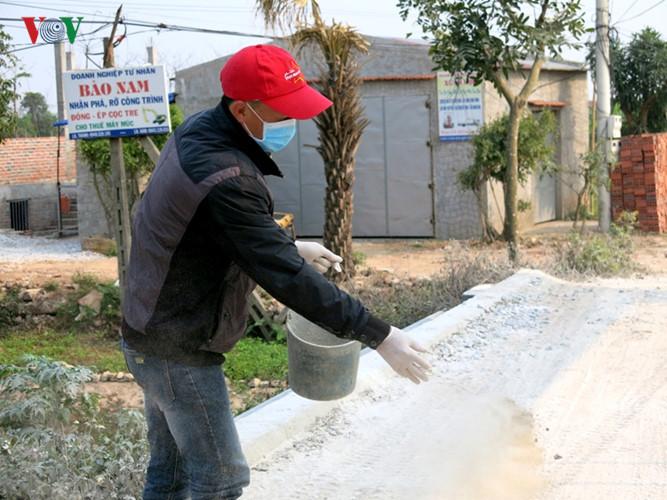 Rắc vôi bột trên đường làng - nơi phát hiện cúm A/H5N1.