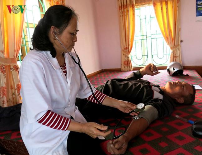 Cán bộ y tế khám sức khỏe hộ chăn nuôi gia cầm nhiễm virus H5N1.