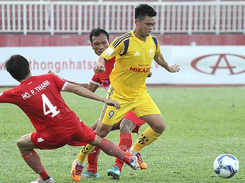 Nam Định (áo vàng) có chiến thắng đầu tiên tại giải hạng nhất quốc gia Sứ Thiên Thanh 2017.