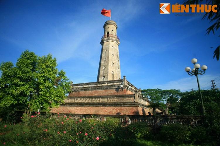 Chiêm ngưỡng cột cờ 200 tuổi độc đáo đất Thành Nam
