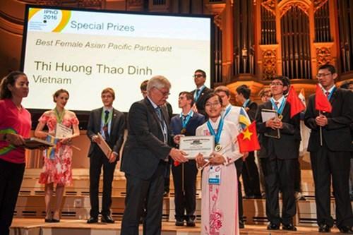 Đinh Thị Hương Thảo nhận giải thưởng nữ sinh Châu Á xuất sắc nhất. (Ảnh: NVCC)
