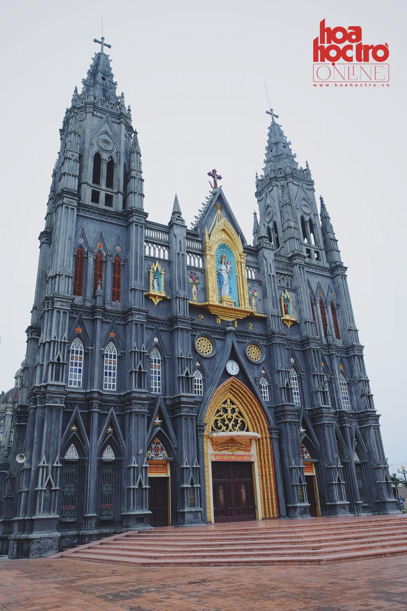 """Mặt trước của nhà thờ Hưng Nghĩa - nơi được giới trẻ mệnh danh là """"lâu đài băng giá""""."""