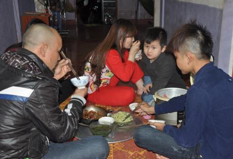 Bữa cơm ấm cúng bên vợ con và học trò của anh Hiện.