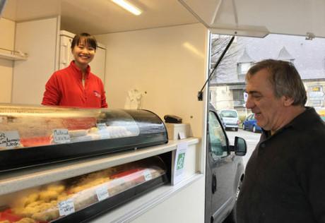 """Đoàn Thị Hạnh bên chiếc xe tải bán sản phẩm ẩm thực Việt khi tham gia cuộc thi """"Ý tưởng khởi nghiệp"""" tại Pháp."""