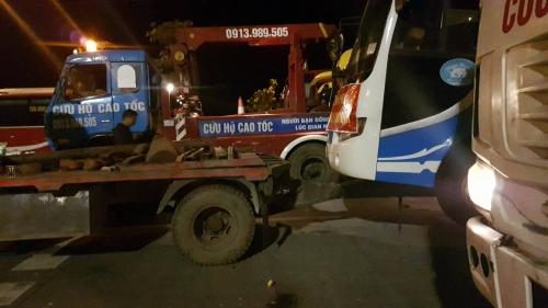Xe cứu hộ được huy động tới để cẩu xe khách đi nơi khác.