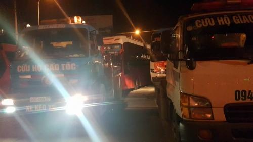 Gần 10 chiếc xe cứu hộ được huy động tới để cẩu xe.