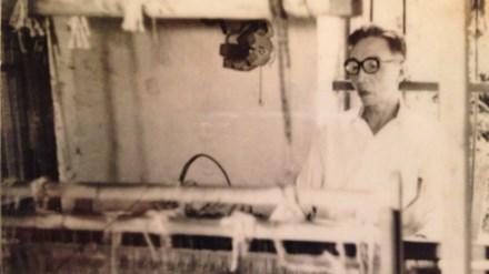 Cụ Đặng Xuân Quát bên khung cửi dệt.