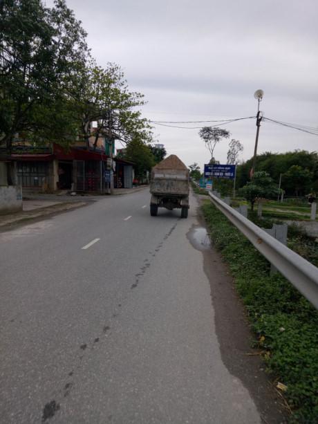 Một chiếc công nông chở cát tiềm ẩn nhiều nguy cơ thuộc địa phận xã Yên Phương Ý Yên, Nam Định