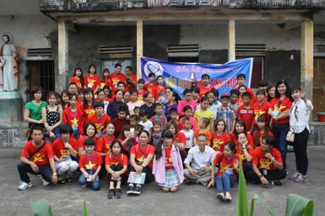 Những mảnh đời bất hạnh tại côi nhi viện Văn Giáo đã chụp ảnh kỷ niệm cùng đoàn từ thiện