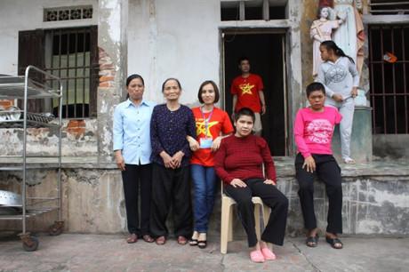 Chị Nguyễn Thị Sinh (đang ngồi ghế) chụp ảnh kỉ niệm với CLB Trái Tim Việt Nam
