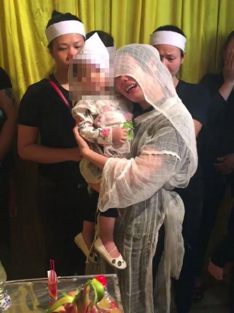 Chị Tiên ôm con gái khóc nức nở bên lĩnh cữu người chồng xấu số