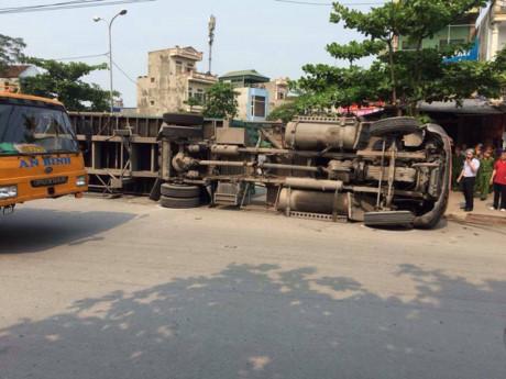 Chiếc xe container kéo theo rơ-moóc lật nghiêng đè bẹp chiếc xe ô tô con.