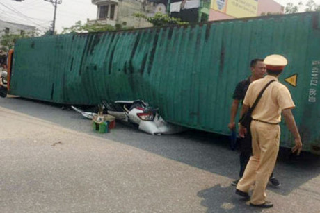 2 người trong xe ô tô con tử vong tại chỗ.