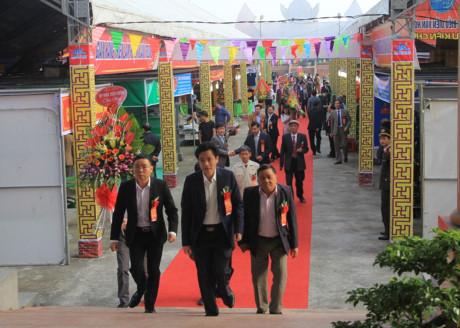 Đông đảo các đại biểu từ khắp bốn phương về tham dự buổi lễ.