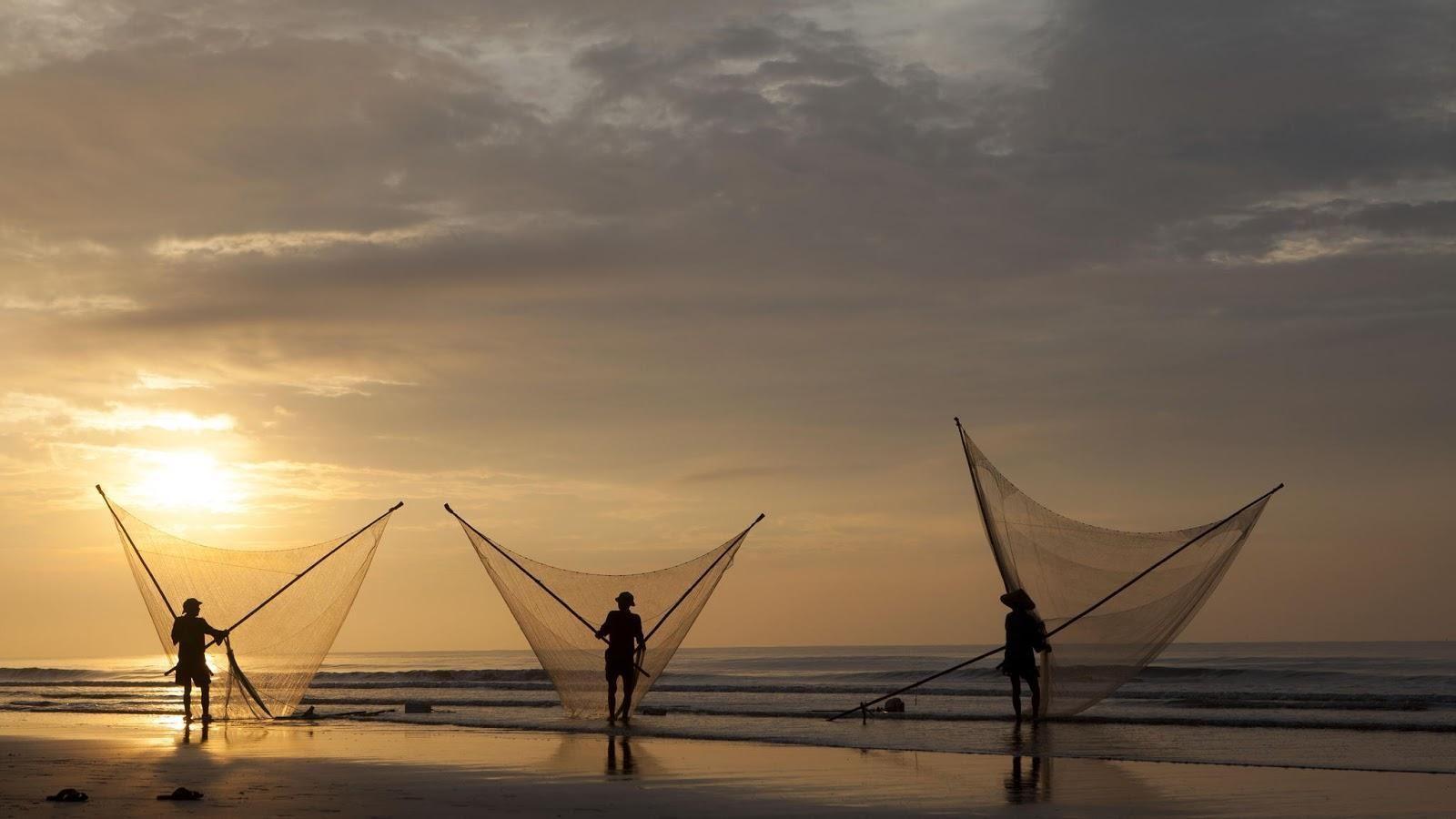 Hình ảnh thường thấy tại bãi biển Long Thịnh lúc bình minh - Ảnh: Le Bich