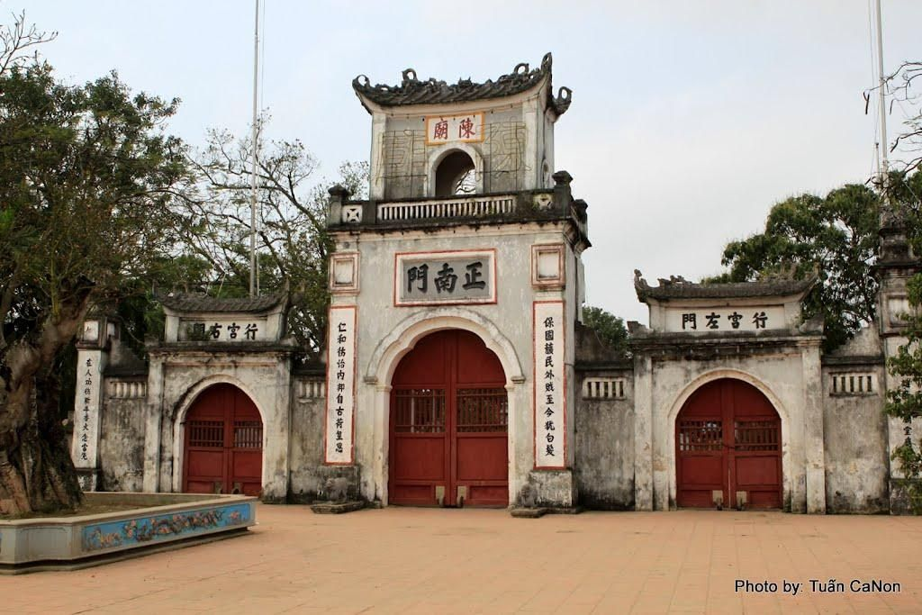 """Cổng chính giữa đền Trần ở trên có hai chữ """"Trần Miếu"""" - Ảnh: Tuấn CaNon"""