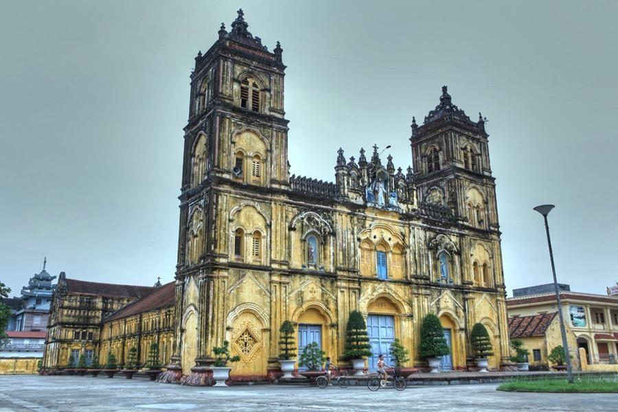 Nhà thờ chính tòa trước Tòa giám mục Bùi Chu - Ảnh: Tran Tuan Viet
