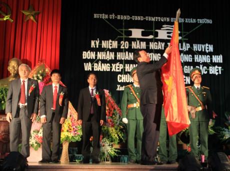 Lãnh đạo huyện Xuân Trường đón nhận Huân chương lao động hạng nhì.