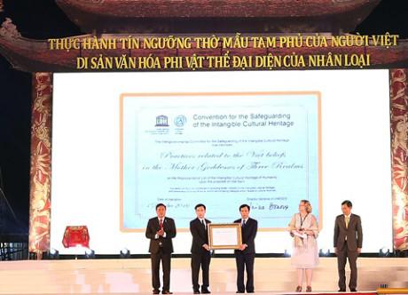 Đại diện Bộ VH, TT&DL cùng đại diện tỉnh Nam Định nhận bằng tại lễ vinh danh