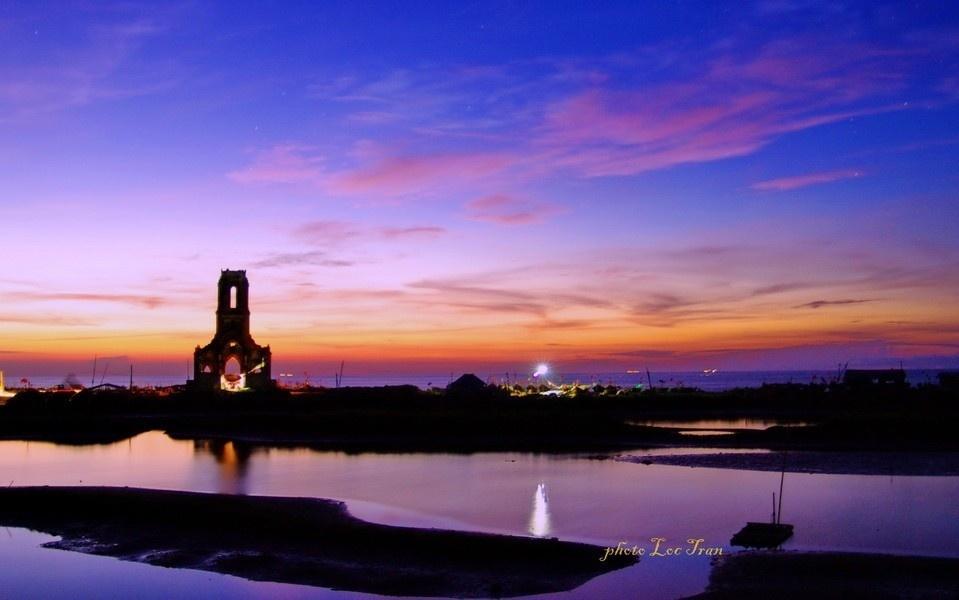 Hoàng hôn trên nhà thờ đổ - Ảnh: Tran Van Loc