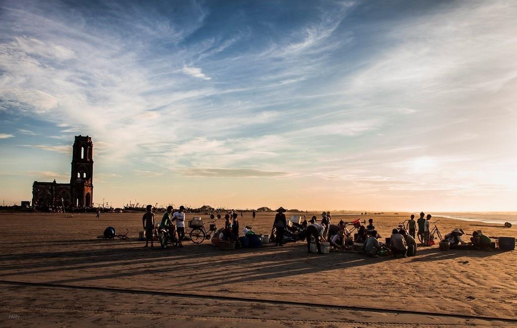 Chợ cá được họp ngay trên bãi biển cạnh nhà thờ đổ - Ảnh: Hệ Trần Văn