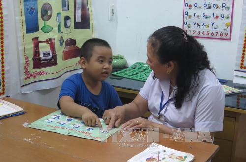 Cô giáo Nguyễn Thị Tú dạy ngôn ngữ cho trẻ em mắc hội chứng tự kỷ.