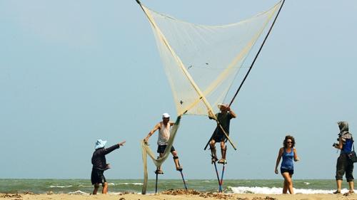 Đi cà kheo lội biển cào ngao thu hút sự chú ý của nhiều du khách. Ảnh: namdinh.edu.vn