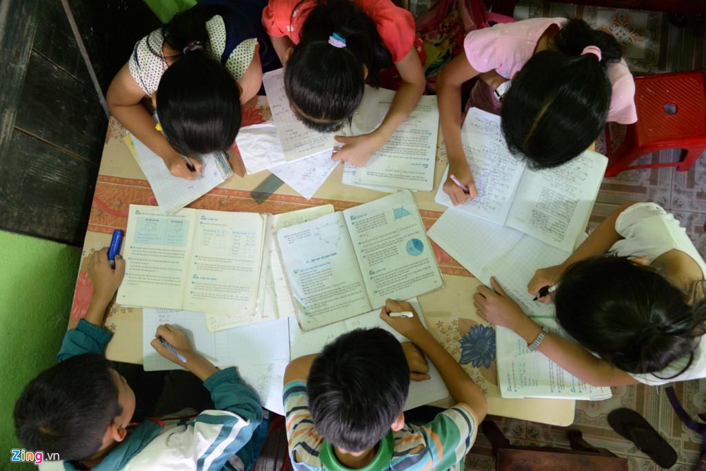 Những ngày cuối tuần, lớp đông học sinh hơn. Mỗi độ tuổi, các em được xếp ngồi với nhau để cô giáo tiện giảng dạy và cũng để các em trao đổi bài vở.
