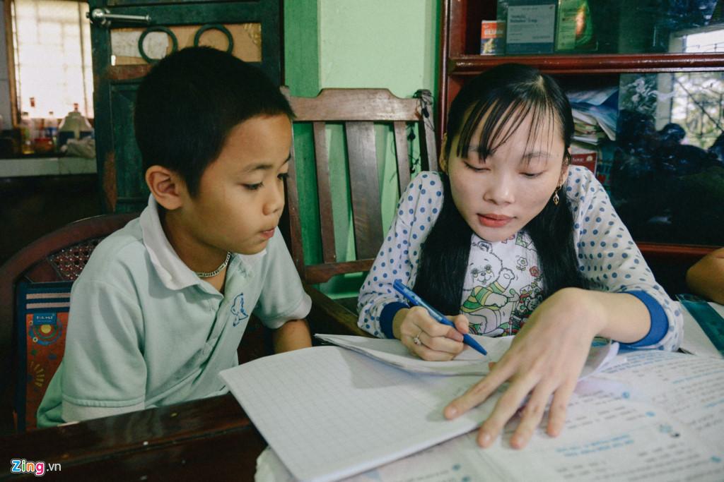 Tâm nhận dạy kèm tại nhà cho các em học sinh nhỏ tuổi. Ban đầu, từ vài ba đứa trẻ, tụi nhỏ dần dần kéo nhau đến nhà cô giáo Tâm nhiều hơn.