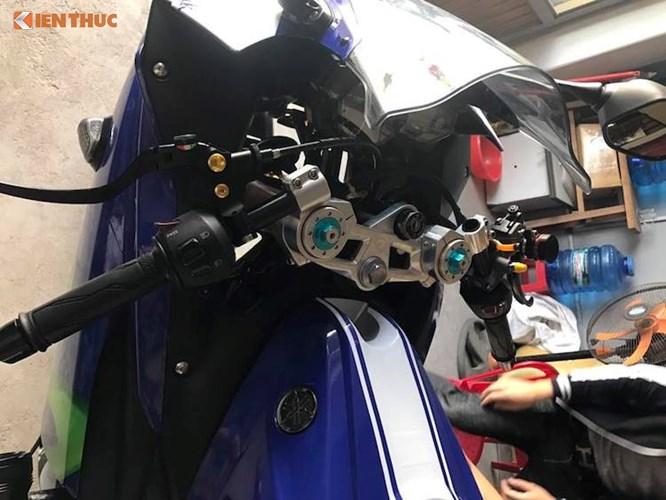 """Để có thể chế được phuộc USD vào cho R3, chảng ba của chiếc xe đã được """"thửa riêng"""" bằng nhôm CNC. Với phuộc mới, cụm ghi-đông clip-on nguyên bản của R3 cũng đã phải thay thế. Bên trên ghi-đông là cùm phanh Brembo RCS 19, bình dầu AEM và cùm côn Brembo."""