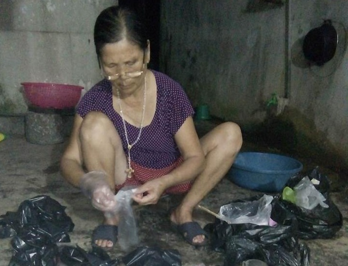 Đích tay bà Đông nhặt rửa từng mẩu thai nhi từ những bọc nylon đen