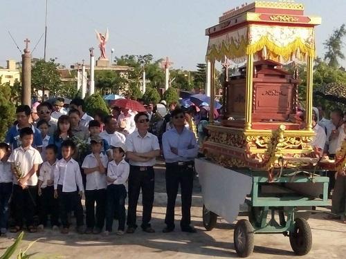 Các bé được tổ chức tang lễ trang nghiêm như người lớn