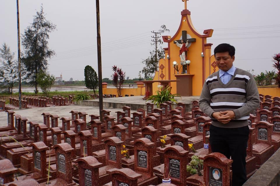 Cha Tâm tại nghĩa trang đồng ấu