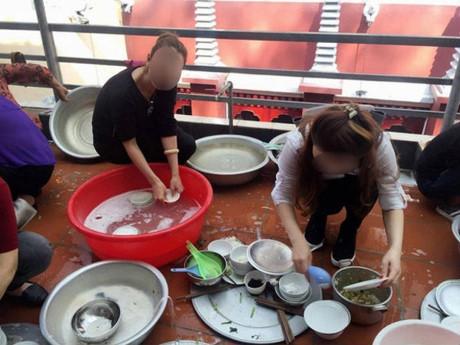 Đến nhà người yêu chơi, 'tiểu thư nông thôn' bị cả huyện người soi mói chuyện ăn cơm bằng thìa, rửa bát dùng găng tay