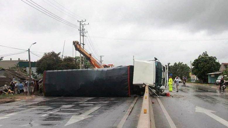 Container bị trơn trượt mất lái, lật chắn ngang quốc lộ