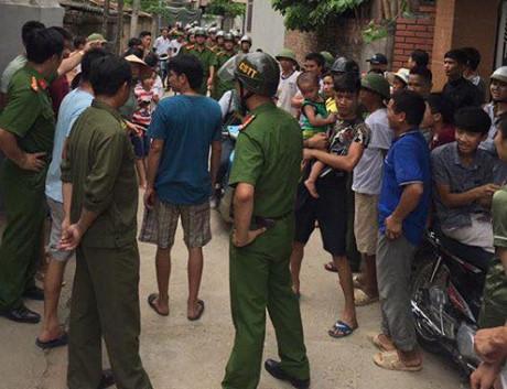Đi tìm con trốn nhà đi chơi, bị dân vây giữ vì nghi bắt cóc trẻ em