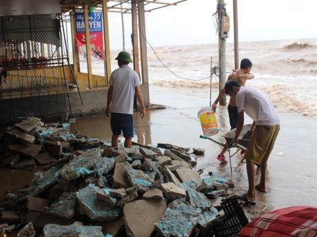 Bãi biển Nam Định tan hoang như bãi chiến trường