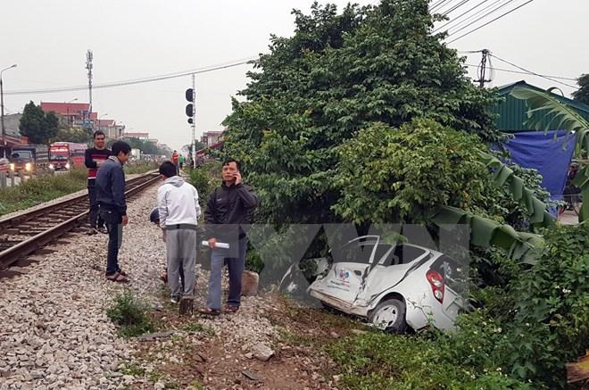 Ô tô 4 chỗ bị tàu hỏa húc văng ở Nam Định