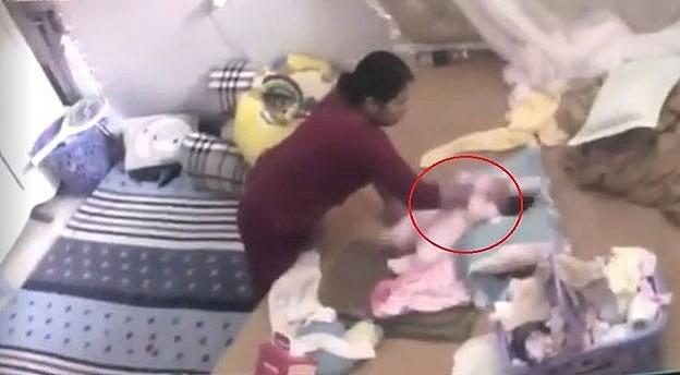 Bắt khẩn cấp người giúp việc bạo hành bé gần 2 tháng tuổi