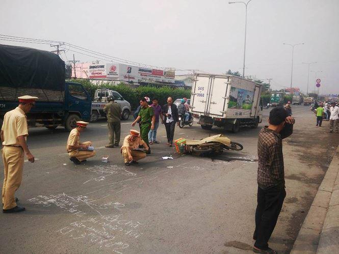 Chồng chở đi làm, người phụ nữ chết thảm dưới bánh xe tải