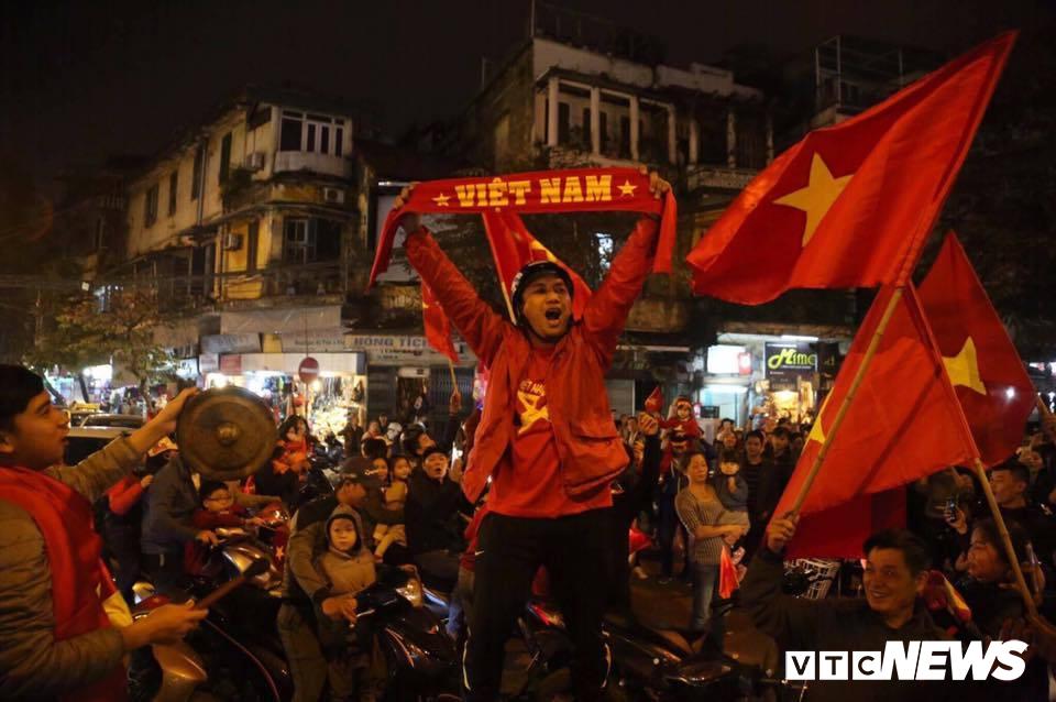 Video: Bỏ cả đám cưới, dân Nam Định hò hét cổ vũ bóng đá